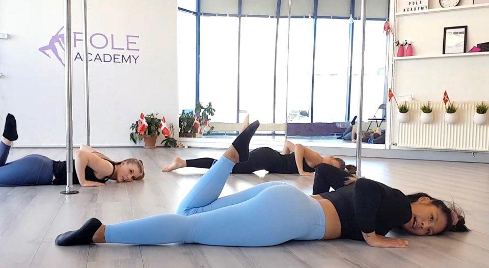 Tre pole-instruktører underviser i floor dance