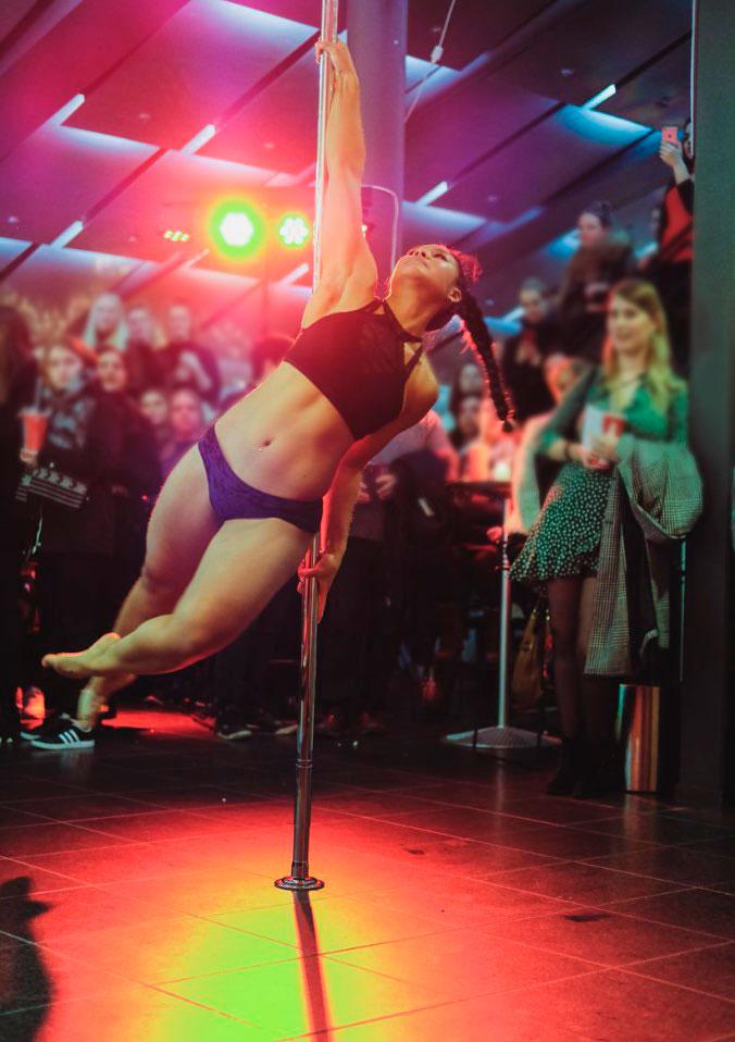 Pole-show med publikum i baggrunden