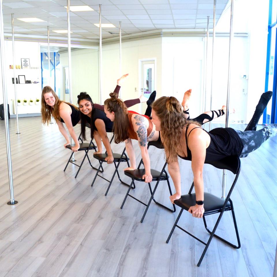 Alle instruktører laver chairdance-trick